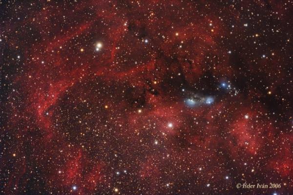Az NGC 6914 reflexiós-köd és a környező halvány ködök